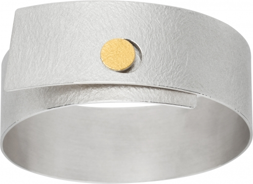 Ausdrucksstarker Armreif in handgeschmiedetem Silber.