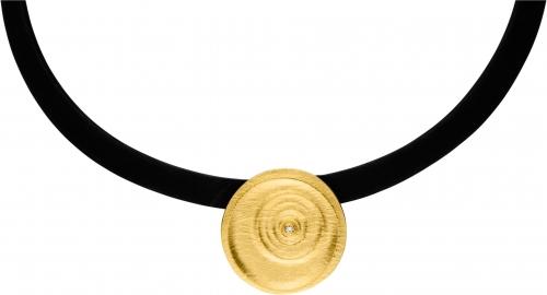 Auffälliger Halsschmuck mit einem Kleinen Brillanten, der die Kreise des Wassers symbolisiert, getragen an einem Kautschukseil.