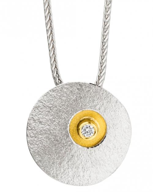 Dezenter Brillant - Halsschmuck mit 22 Karat Gold veredelt. Die Fuchsschwanzkette ist aus 925 Sterlingsilber.
