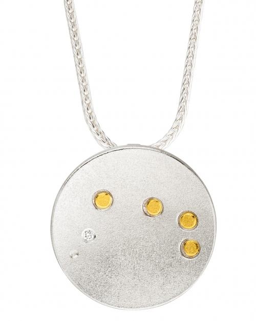 Stilvoller Sternenbildanhänger getragen an einer Fuschschwanzkette.