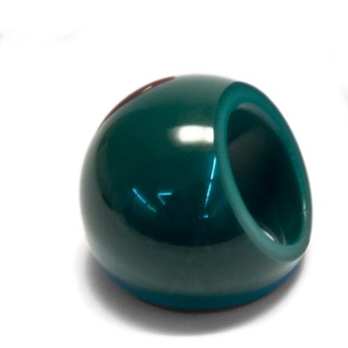 Der grüne Marilyn Ring mit goldenem Beautypoint