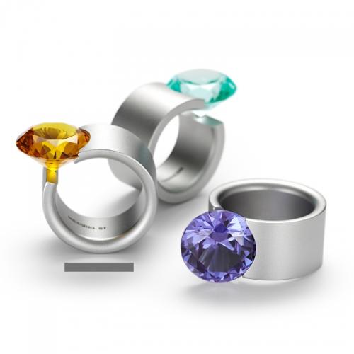 Niessing Akrobat max. Ein Tragewunder. Edelstahl Ring mit 16mm großem synthetischen Topas. Wie selbstverständlich liegt der mäßige Stein zwischen den Fingern.