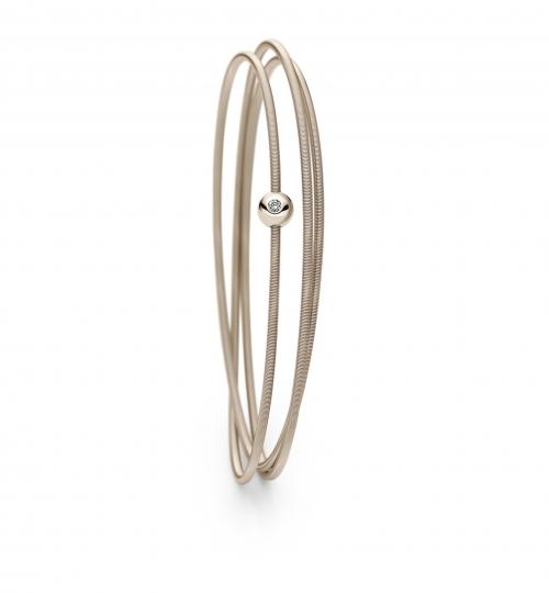 Ein zartes Band aus Gold schmiegt sich stilvoll und elgant an Ihr Handgelenk.