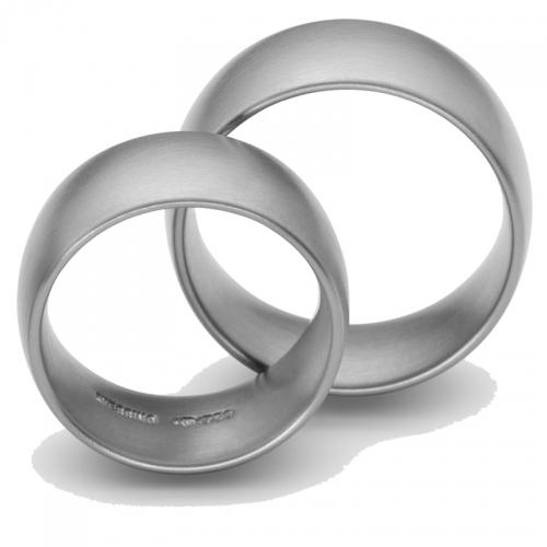 Niessing flaches Oval in Stahl. Ein schlichter und angenehm zu tragender Ring aus einem starken Material.