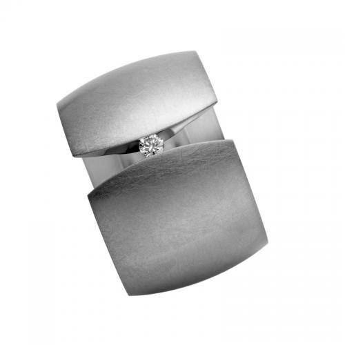 Niessing B18, ein besonderer Spannring. Der 0.04ct große Brillant wird nur von der Sannung des Metalls gehalten, sicher und frei.