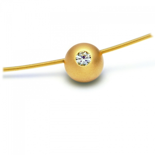 Niessing Brillantkugel, Anhänger in massivem Gelbgold, besetzt mit einem Brillant 0,14ct. Das Feuer in einer weichen Form.