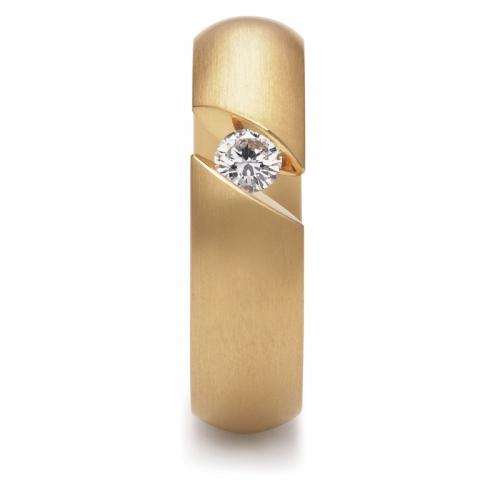 Ein Niessing Ring in 18 karätigem Gold. 6mm Breite, 2,9mm höhe. Brillanten von 0.15 ct. Präsentieren Sie Ihr Kostbarstes auf spannungsvolle Weise.