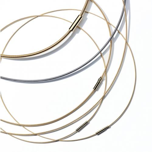Die passende Halsschnur für die kleinen Niessing-Anhänger in Gelbgold