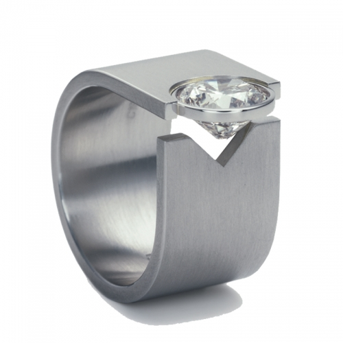 Niessing Schmuck Ring Solitaire, ein breites Band umschlingt Ihren Finger und zeigt am Ende den einzigartigen Brillant.