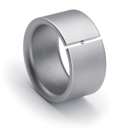 Spannring 005. Stahl mit Brillant 0.01 ct, als flacher Ring. Inmitten
