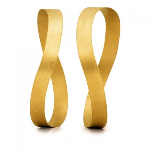 Wellenbänder. Armreif von Niessing in 18 karätigem Gelbgold. Harmonische Schwingungen umschmeicheln Ihr Handgelenk.