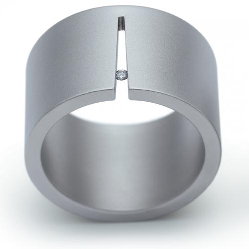 Ringe, Edelstahl mit Brillant 0.02 ct. Gegensätze ziehen sich an. Hier der zierliche, feurig blitzende, extrem belastbare Brillant