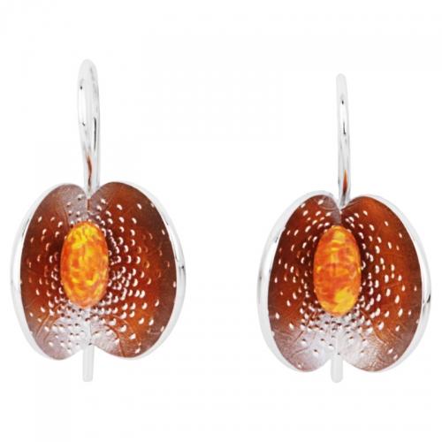 Ein ungewöhnlicher Ohrschmuck in Silber, bestzt mit einem synth. opal, der seine Farbe spielen läßt.