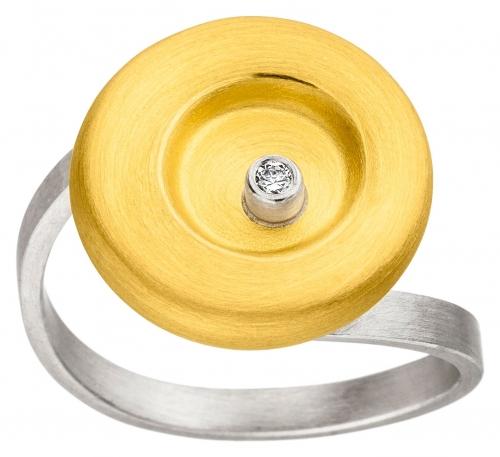 Kreirunder Ring besetzt mit einem Brillanten und 22 Karat Gelbgold veredelt.