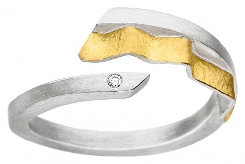Moderner, geknitterter Ring in Weite 56, mit einem Brillanten besetzt.