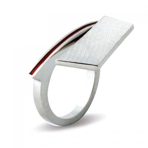 Daniel Vior, Ring Tangent II. Silberring mit einem zarten Streifen rotem Kaltemail. Besondere Erscheinung...